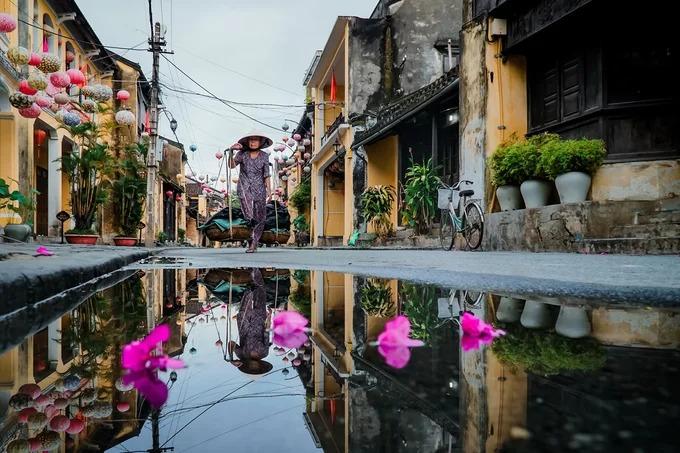 Một đoạn phố Nguyễn Thái Học. Nhiếp ảnh gia Đỗ Anh Vũ (Hội An), tác giả bộ ảnh cho biết, dù đã quen thuộc với mọi ngóc ngách, anh vẫn bị phố cổ hấp dẫn vào những khoảnh khắc khác nhau, đặc biệt khi ghi lại nhịp sống đời thường trong và sau mưa.