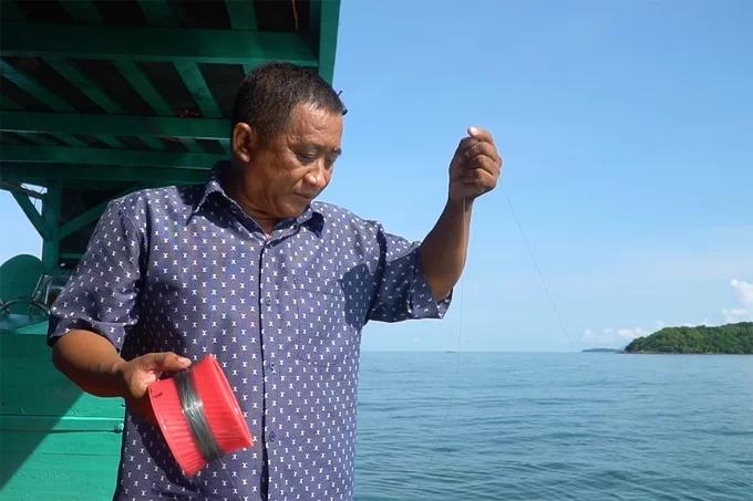 """""""Câu cá cũng là hoạt động được nhiều du khách ưa thích vì không phải ai cũng biết lặn"""", ông Thành nói và cho biết, cần câu cho khách trải nghiệm được làm gọn bằng một cuộn dây cước gắn móc câu. Mồi để câu cá thường là mực tươi. Cá sau khi câu sẽ được luộc tại bếp trên thuyền."""