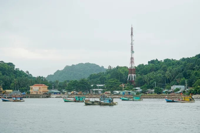 Để ra đảo, du khách có thể khởi hành từ bến tàu ở TP Hà Tiên. Các chuyến tàu thường khởi hành vào sáng sớm, du khách nên kiểm tra lịch trước khi lên kế hoạch khám phá.  Dịch vụ lưu trú trên đảo hiện chưa phát triển. Tuy nhiên, bạn vẫn có thể tìm phòng trọ qua đêm với giá từ 150.000 đồng cho 2 người. Ngoài trải nghiệm đi thuyền câu mực, cá và lặn bắt nhum, khách có thể thuê xe máy để ghé thăm một số điểm tham quan trên đảo, khám phá cuộc sống của người địa phương.  An Giang, Kiên Giang và Bạc Liêu là những điểm đến thu hút du khách mỗi khi con nước về. Du hí miền Tây mùa nước nổi là loạt bài do VnExpress thực hiện liên tục trong tháng 10, nhằm cung cấp những gợi ý, kinh nghiệm trên hành trình khám phá ba tỉnh này.
