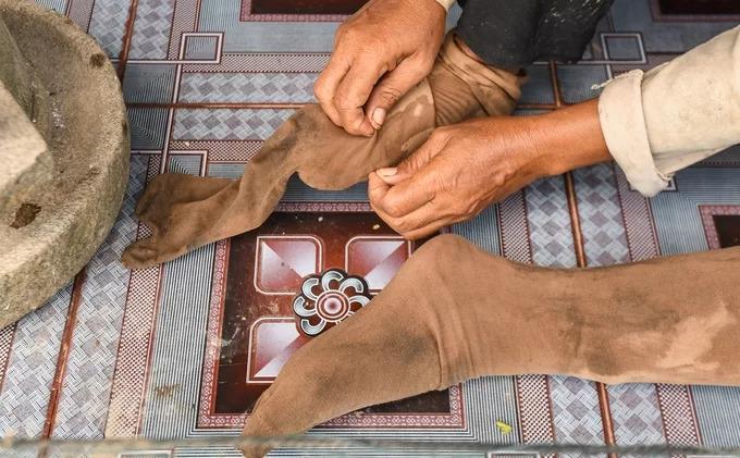 Trước khi ra đồng, người dân sẽ đeo một đôi tất vải dài đến đầu gối để tránh đỉa.