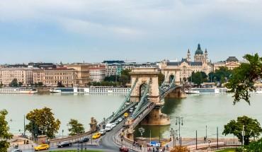 Cầu xích Széchenyi từ góc của một lâu đài Budapest.  Shot on Realme 5 Pro