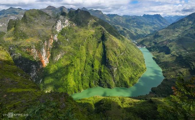 Hẻm vực Tu Sản và dòng sông Nho Quế nhìn từ điểm ngắm cảnh trên đèo Mã Pí Lèng. Con đèo nằm ở độ cao 1.200 m, được giới du lịch bụi đánh giá là một trong tứ đại đỉnh đèo của vùng núi phía bắc Việt Nam (cùng với đèo Pha Đin, Ô Quy Hồ và Khau Phạ).