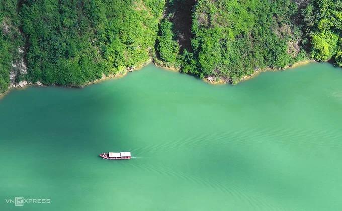 Dòng Nho Quế mang màu xanh đặc trưng quanh năm, chảy vào Việt Nam từ địa phận thôn Séo Lủng, xã Lũng Cú, Đồng Văn, đi qua hẻm núi Tu Sản rồi chạy dọc theo đèo Mã Pì Lèng.