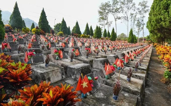 Trong hành trình đến Hà Giang, khách du lịch có thể dành thời gian tới viếng nghĩa trang liệt sĩ Vị Xuyên, nơi yên nghỉ của gần 1.800 anh hùng, liệt sĩ hy sinh trong chiến tranh biên giới phía Bắc. Để giữ vững biên cương, 9 sư đoàn chủ lực cùng nhiều trung đoàn, tiểu đoàn đã trực tiếp tham chiến tại mặt trận Vị Xuyên, đẩy lùi sự xâm lấn của Trung Quốc.