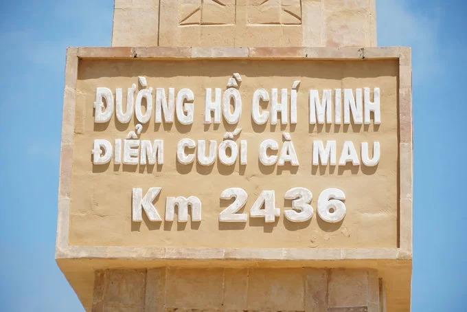 Km 2436 của đường Hồ Chí Minh thuộc Khu du lịch Quốc gia Mũi Cà Mau. Con đường bắt đầu từ Pác Bó - Cao Bằng đi qua 28 tỉnh thành phố và kết thúc ở điểm cực nam của Tổ quốc. Công trình gồm tượng đài và hai bức phù điêu ở Đất Mũi được khởi công vào năm 2017.