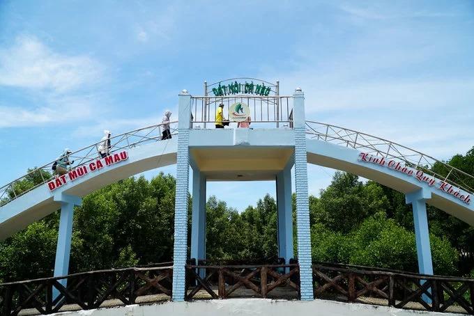 Gần đó là đài quan sát cho phép du khách có thể nhìn toàn cảnh vùng đất tận cùng của Việt Nam. Trước đây đài quan sát gồm 3 tầng, cao khoảng 21 mét, nhưng hiện tại chỉ còn một tầng. Mũi Cà Mau cũng là nơi duy nhất trên đất liền có thể ngắm được mặt trời mọc lên từ mặt biển phía đông vào buổi sáng và lặn xuống mặt biển phía tây vào buổi chiều. Du khách có thể đến đây bằng đường bộ hoặc đường thuỷ.