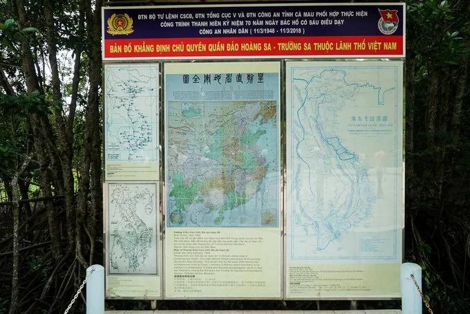 """Gần Mốc toạ độ GPS 0001 còn trưng bày các bản đồ cổ gồm """"An Nam đại quốc Hoạ đồ"""" năm 1838 và """"Hoàng Triều trực tỉnh địa dư toàn đồ"""" năm 1904 chứng minh chủ quyền quần đảo Trường Sa - Hoàng Sa thuộc lãnh thổ Việt Nam."""
