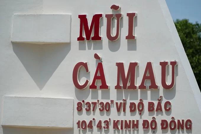 Trên cánh buồm có ghi tọa độ của mũi Cà Mau, điểm chụp hình được du khách đặc biệt yêu thích khi đến đây.