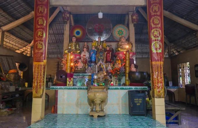 """Chánh điện chùa xây dựng đơn giản, trần chỉ lợp mái tôn. Bên trong ban đầu thờ Phật sau còn thờ thêm ngọc hoàng, thánh mẫu mẹ diêu trì... """"Ban đầu chùa thờ Phật, theo dòng Lâm Tế Chánh Tông. Khi chùa có nhiều khách đến thăm, họ mang theo cả tượng ngọc hoàng, thánh mẫu, hộ pháp... nên giữ lại thờ luôn"""", trụ trì nói."""