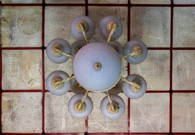 Những đồ dùng trong nhà như bàn ghế, đồ thờ, đồng hồ, gương... vẫn nguyên vẹn. Trên trần phòng khách là chiếc đèn chùm kiểu Pháp.