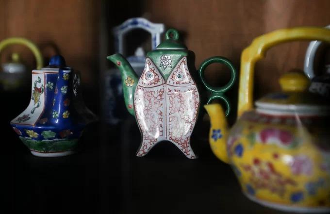 Những bộ ấm trà, bát đĩa, ly tách... có tuổi đời cả trăm năm vẫn nằm nguyên vẹn trong tủ kính của ngôi nhà cổ.