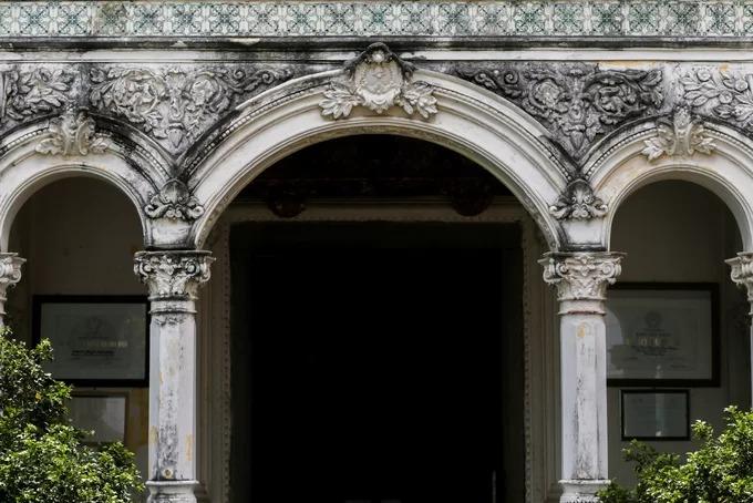 Vòm cửa thiết kế cong theo kiểu La Mã, chạm khắc các phù điêu hoa lá cây cỏ, chim muông của thế kỷ 17.