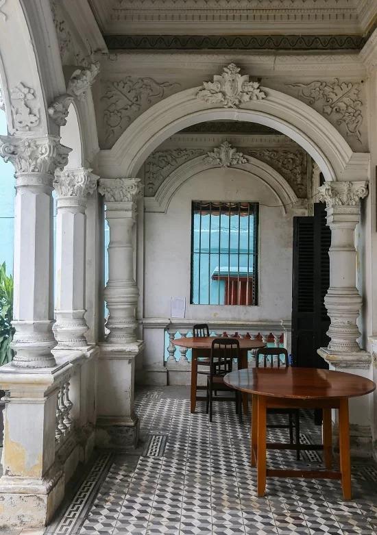 """Hành lang căn nhà với cách xây dựng, lối kiến trúc đặc trưng như một biệt thự kiểu Pháp. Phần sàn được làm trũng về phía trung tâm theo phong thủy của người Hoa, với ý nghĩa """"nước chảy về chỗ trũng"""", tiền bạc sẽ đổ về nhà."""