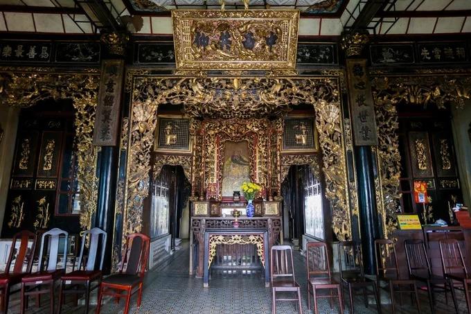 Căn nhà có ba gian mang nét đặc trưng kiến trúc miền Nam, với cánh cửa, cột nhà, bàn thờ... sơn son thếp vàng, chạm trổ loan phượng. Chính giữa căn nhà là tượng thờ Quan Công, một vị tướng thời Tam Quốc.