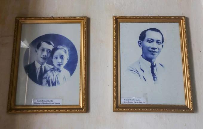 Trên tường treo nhiều hình ảnh gia đình, nổi bật là ảnh chân dung ông Huỳnh Thủy Lê và người vợ Việt Nam.