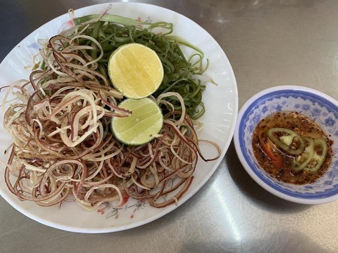 Rau ăn kèm cũng tương tự như bún bò Huế Việt Nam, nhưng nước mắm không phải loại mắm nguyên chất mà được pha để tạo vị ngọt  Ảnh: Lưu Trân