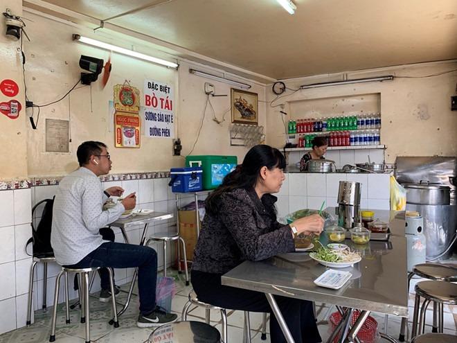Quán mở bán từ 6 giờ sáng đến 10 giờ đêm mỗi ngày  Ảnh: Lưu Trân