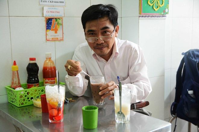 Ông Lý Văn Được trở lại quán chè sau mấy chục năm, nhớ mới ngày nào mình vẫn còn đạp xe ăn chè cùng bè bạn, nay đã trở thành một luật sư bước sang tuổi 50
