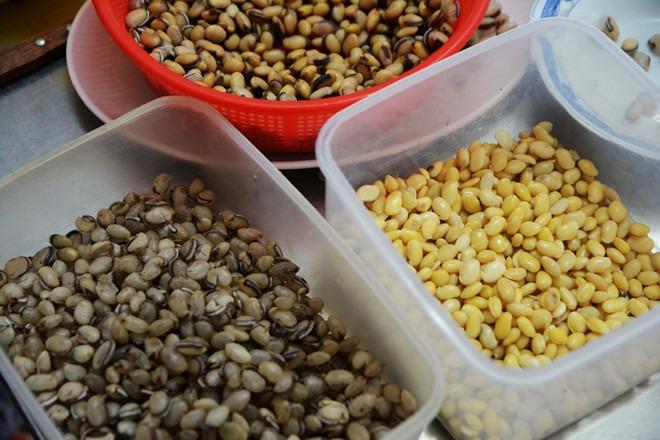 Nguyên liệu được bà lấy từ hàng chè thô lâu năm trong chợ Nguyễn Văn Trỗi