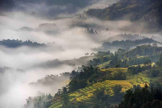 Tả Sử Choóng nằm cách trung tâm huyện Hoàng Su Phì khoảng 21 km về phía tây nam. Nơi đây có đông dân tộc Mông sinh sống, được thiên nhiên ưu ái ban cho nhiều điều kiện lý tưởng để phát triển du lịch như xã nằm trong quần thể di tích quốc gia ruộng bậc thang, có những cánh rừng nguyên sinh, khu rừng chè Shan tuyết cổ thụ hay các thác nước tự nhiên.