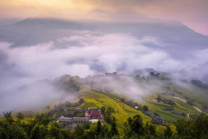 Bản Phùng, nơi sinh sống chủ yếu của dân tộc La Chí, nổi tiếng với những ruộng lúa bậc thang trùng điệp giữa làn mây vùng cao. Từ trung tâm thị trấn Vinh Quang, Hoàng Su Phì, du khách men theo một con đèo nhỏ dài gần 30 km vắt ngang núi mới đến được trung tâm xã Bản Phùng.