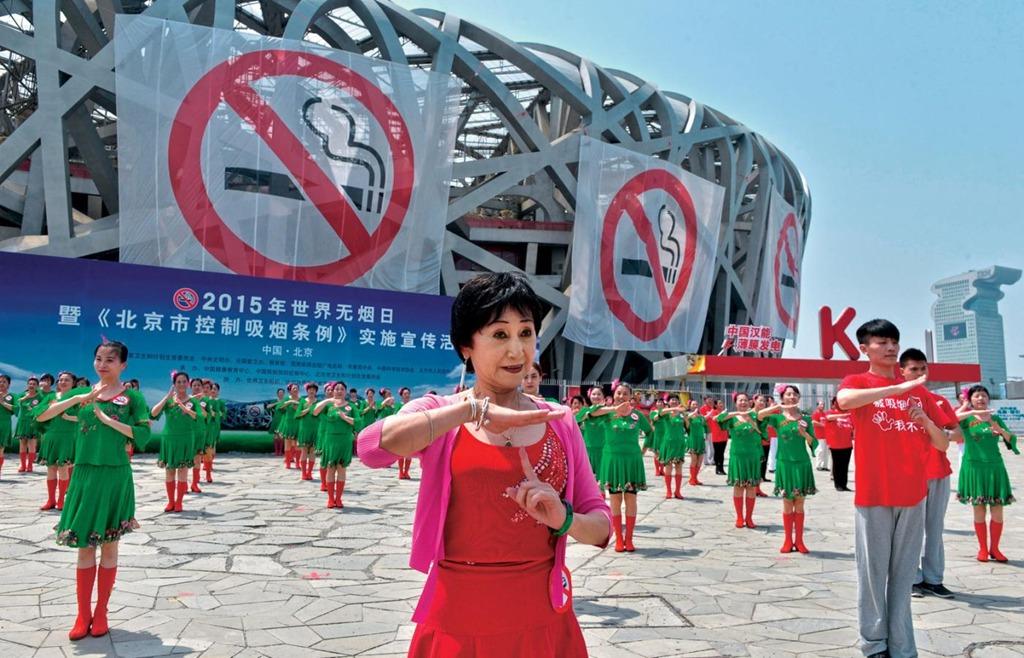 Năm 2014, trang SCMP đưa tin Trung Quốc chính thức ban hành luật mới, cấm du khách và dân địa phương hút thuốc tại các địa điểm công cộng ở thủ đô Bắc Kinh. Những năm trước đó, Trung Quốc từng đưa ra các quy định cấm hút thuốc tại một số địa phương nhưng không hiệu quả. Theo luật mới, các cá nhân vi phạm sẽ bị phạt tiền từ 50-200 nhân dân tệ (165.000-200.000 đồng). Ảnh: Rex.