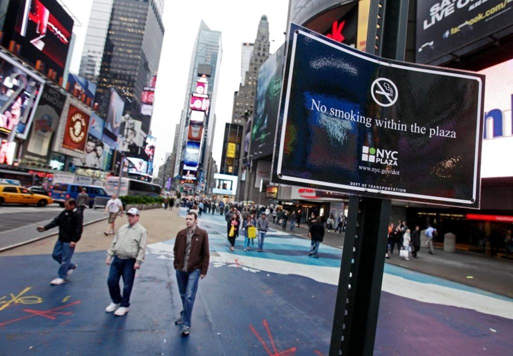 Luật hút thuốc ở Mỹ khác nhau tùy thuộc vào quy định của từng địa phương. Ở New York, hành vi hút thuốc bị cấm tại tất cả các công viên, khu vực đi bộ, bãi biển, bể bơi công cộng, quảng trường. Người được phép mua thuốc lá phải từ 21 tuổi trở lên. Ngược lại, ở một số bang như Texas, Mississippi, Georgia, việc hút thuốc tại các điểm công cộng như quán bar, nhà hàng hoàn toàn hợp pháp. Ảnh: BBC.