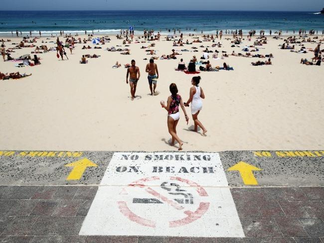 Hút thuốc bị cấm tại nhiều bãi biển Australia. Quốc gia này cũng đề ra luật cấm hút thuốc trong ôtô có trẻ em. Một số tiều bang ở xứ sở chuột túi đưa ra mức phạt nặng cho các trường hợp hút thuốc tại những nơi công cộng, các nhà hàng, sân vận động hay trên bãi biển. Ảnh: Shutterstock.