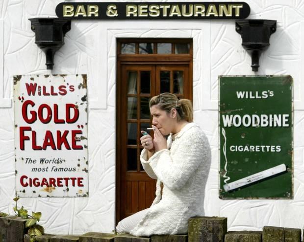 Theo BBC, Ireland là quốc gia đầu tiên trên thế giới đưa ra lệnh cấm hút thuốc trên toàn lãnh thổ vào năm 2004. Các trường hợp phạm luật có thể lãnh án phạt lên đến 3.000 euro (khoảng 77 triệu đồng). Ảnh: BBC.