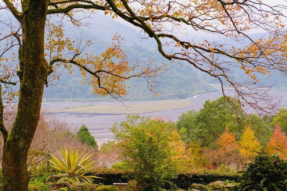 Núi Thái Bình (Taipingshan): Thuộc Đài Bắc, Đài Loan, núi Thái Bình hấp dẫn du khách bởi những con đường lên núi phủ kín màu lá vàng, lá đỏ. Giữa tiết trời mùa thu se mát, nơi đây là điểm đến lý tưởng để bạn có thể đắm chìm dưới làn nước suối ấm áp, giữa không gian yên tĩnh, thơ mộng. Ảnh: Living + Nomads.