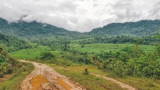 Một ngày mới đến, bạn có thể lên xe lang thang các bản làng xung quanh. Những con đường đầy đá hộc, đá dăm, bùn lầy trơn trượt thử thách tay lái kẻ lữ hành. Nhiều khách du lịch chọn cách đi bộ hàng chục kilomet qua các bản.