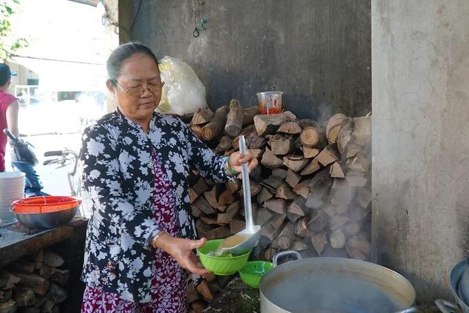 """Quán bánh canh cá giò heo của cô Đỗ Ngọc Lan (58 tuổi) là một trong những địa chỉ ẩm thực có tiếng ở thị trấn Tri Tôn, tỉnh An Giang. Chủ quán thường được người dân trong vùng gọi là Năm Hải. Cô Năm Hải cho hay: """"Quán mở gần 30 năm và chưa một lần thay đổi địa chỉ""""."""