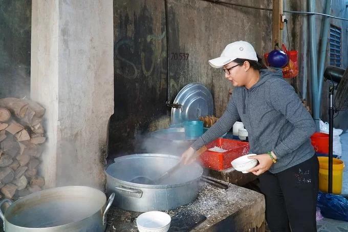 """Do trước kia quán nằm gần một cái lò rèn, lâu ngày khách quen gọi đây là """"bánh canh lò rèn"""". Hiện con gái cô Năm Hải, chị Dương Ngọc Diễn (32 tuổi) duy trì bếp này và các công thức nấu nướng."""