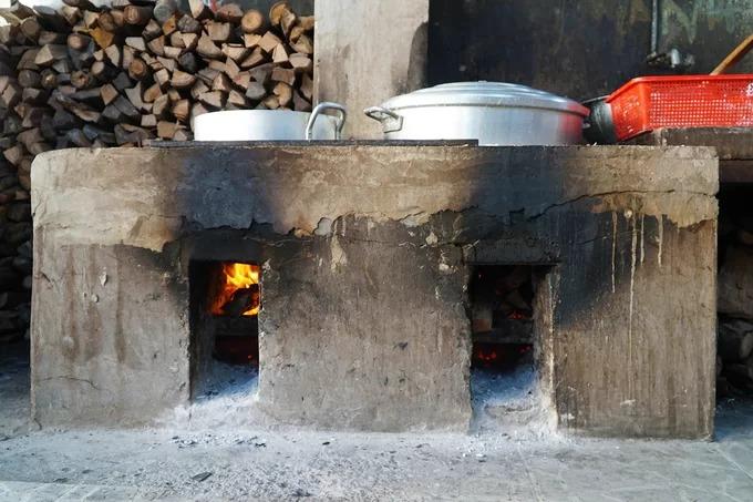 Ấn tượng đầu tiên khi đặt chân vào quán là chiếc lò đã ám muội tro đặt ở phía trước, toả hơi nóng hổi. Chủ quán cho hay, nồi luôn đỏ lửa từ 9h đến 18h mỗi ngày.
