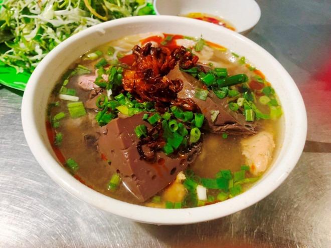 Tô bún bò ba chỉ đặc sắc của quán chị Ty trong hẻm 33 Nguyễn Công Trứ. Ảnh: Bùi Ngọc Long