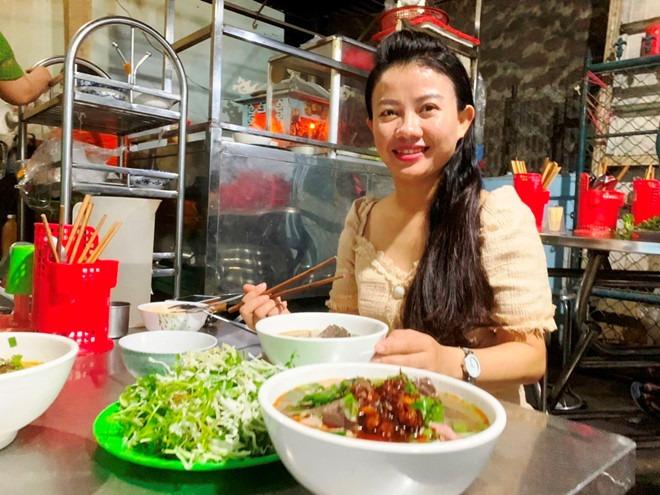 Thực khách thưởng thức tô bún bò Huế của chị Ty trong con hẻm 33 Nguyễn Công Trứ, TP.Huế  Ảnh: BNL
