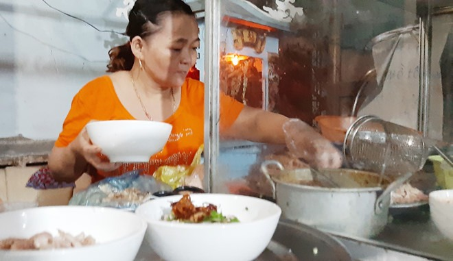 Chị Ty luôn bận rộn để có những tô bún ngon cho khách  Ảnh: BNL
