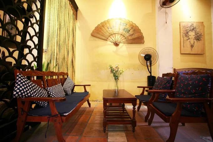 Bàn ghế ở đây không giống nhau như những quán cà phê mang phong cách công nghiệp. Những bộ bàn ghế cũ được sưu tầm đa dạng về kiểu dáng.