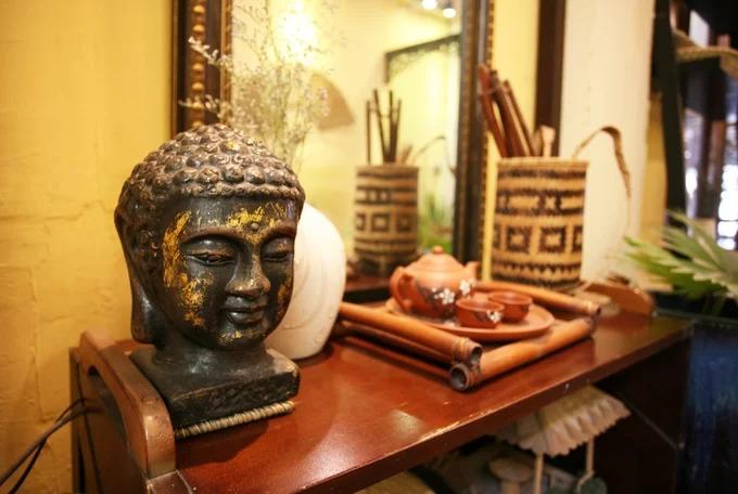 Đồ vật trang trí với các bức tượng Phật và tranh tạo cảm giác về không gian thanh tịnh.