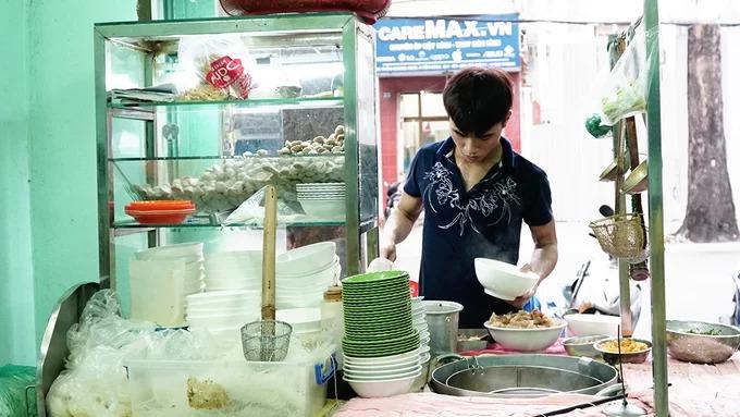 """Quán hủ tiếu bò viên của chú Tư, quê gốc miền Tây, mở từ năm 1996. Hiện quán đã có nhiều cơ sở ở Sài Gòn nhưng không gian đầu tiên trên đường Trần Quang Khải, quận 1 vẫn được nhiều người biết tới. """"Hơn 20 năm trước, quán không khang trang như bây giờ. Mọi công việc đều do một tay tôi thực hiện"""", chủ quán nhớ lại. Hiện cửa hàng đã có thêm nhiều người nhân viên phục vụ."""