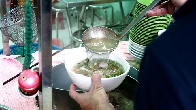 Quán bày gian bếp để nấu nướng ở phía trước, chiếm nửa lối vào. Nồi nước lèo to được đun liên tục đặt cạnh tủ kính đựng các nguyên liệu.