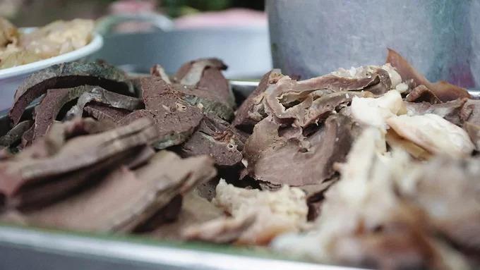 Hủ tiếu tại đây được ăn kèm với một số món như gân, tim, lưỡi bò, lá lách... và không thể thiếu bò viên.