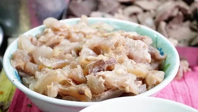 Sau khi sơ chế và luộc chín, các món ăn kèm này được để sẵn trong tô để bán dần cho khách.