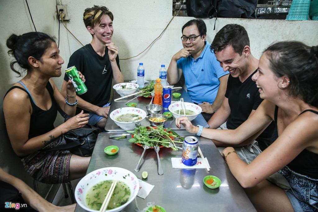 """Tuy nhiên, theo chia sẻ của một hướng dẫn viên du lịch, du khách nước ngoài vẫn rất thích thú với các món ăn ở Kỳ Đồng. """"Chúng tôi vừa đi qua nhiều tỉnh phía bắc và giờ đến Sài Gòn, nhưng họ đều tỏ ra ấn tượng với phở gà Kỳ Đồng"""", anh cho biết."""