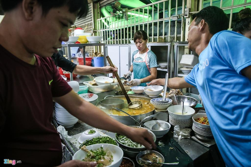 """Quán phục vụ các món miến, phở, hủ tiếu, mì và gỏi gà, nhưng được ưa chuộng nhất phải kể đến miến hoặc phở đùi gà xé. """"Miếng gà ngọt và dai, sợi phở mềm mà không nhão, còn nước lèo lại có hương vị rất riêng"""", chị Charlie - một du khách Anh, chia sẻ. """"Đây là lần đầu tiên tôi ăn phở nhưng tôi nghĩ đây là món ăn ngon nhất Việt Nam"""", chị nói thêm."""