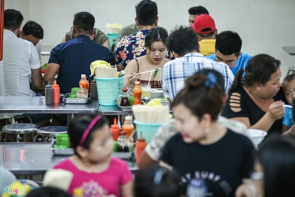 """Ấn tượng với cách chế biến thức ăn, anh Hùng (Hà Nội) cũng đưa vợ lại quán ngay khi chị đến Sài Gòn. """"Vừa miệng và độc đáo"""" - anh chị nhận xét về những món phở và gỏi gà nơi đây."""