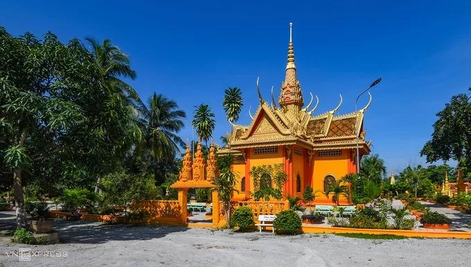 Trên núi còn có chùa Tà Pạ, một trong những điểm tham quan phổ biến của khách du lịch khi tới vùng đất này. Ngôi chùa Phật giáo Khmer nằm gần đỉnh núi, mang bầu không khí thanh bình cùng tầm nhìn toàn cảnh đồng lúa bên dưới.