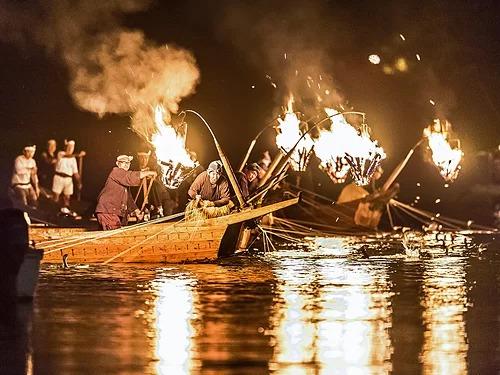 Thuyền đánh cá ukai vào ban đêm. Ảnh: GifuCVB.