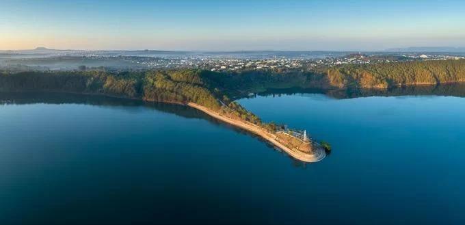"""Nằm cách trung tâm Pleiku 7 km, Biển Hồ hay hồ T'Nưng được bao quanh bởi núi và những rừng thông. Đây là một trong những hồ đẹp nhất Tây Nguyên, gắn với câu hát """"đôi mắt Pleiku Biển Hồ đầy"""".  Một góc Biển Hồ nhìn từ trên cao nằm trong bộ ảnh """"Phong cảnh, quê hương và con người Gia Lai"""" của nhiếp ảnh gia Phan Nguyên."""