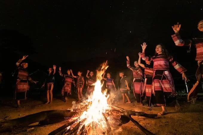 Đêm hội cồng chiêng Đăk Pơ. Trong ảnh là nhóm người Bana thực hiện những điệu múa truyền thống quanh đống lửa. Tại đêm hội, âm thanh của tiếng đàn Tơ rưng, đàn Goong cùng những tiết mục diễn xướng cồng chiêng, tạo nên một không gian đa sắc màu của ngày hội văn hoá đậm đà bản sắc dân tộc.